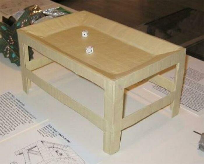 Mesa hecha con fideos de ramen y cinta adhesiva