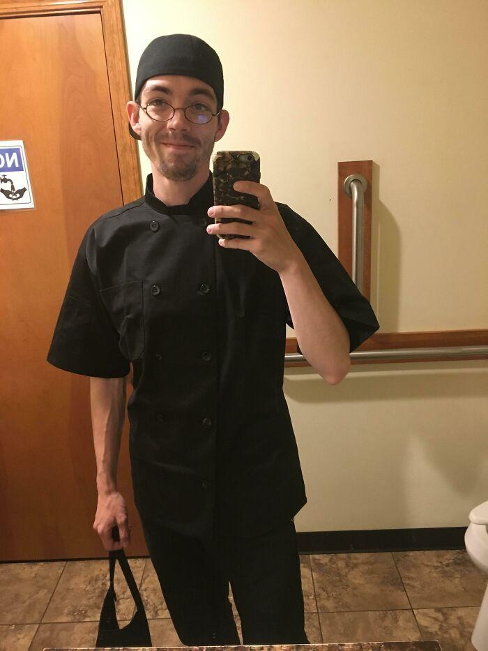 Hace 7 meses que renuncié a mi trabajo de m****a en un local de comida rápida para ir a lavar platos en un restaurante local de filetes. Hoy me pusieron a trabajar en las ensaladas. Los sueños se vuelven realidad
