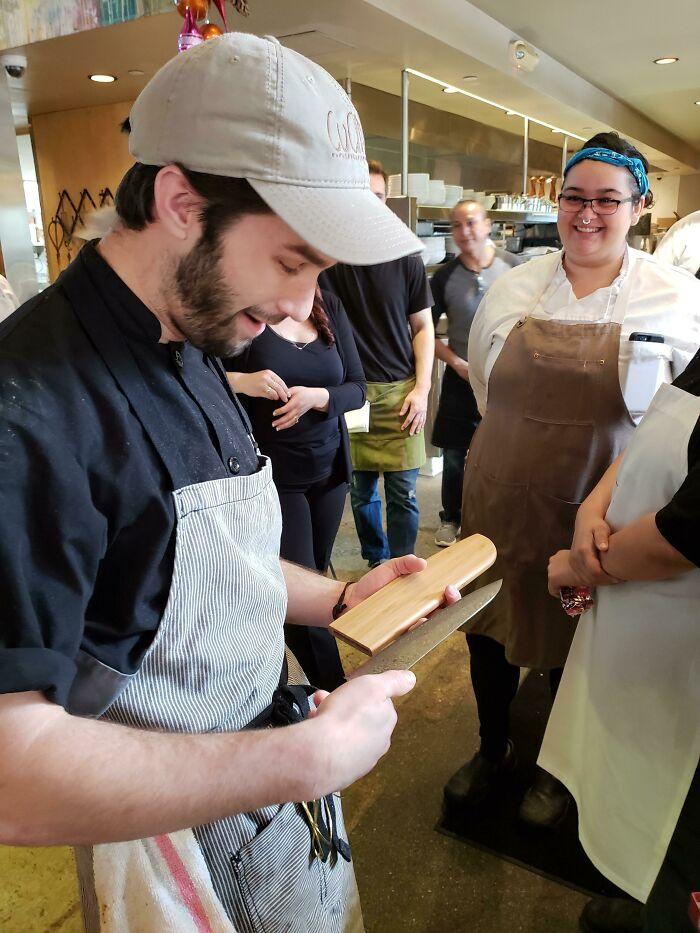 Todos contribuimos para comprarle un lindo cuchillo. ¡Siempre da lo mejor de sí y es un muchacho muy dulce!