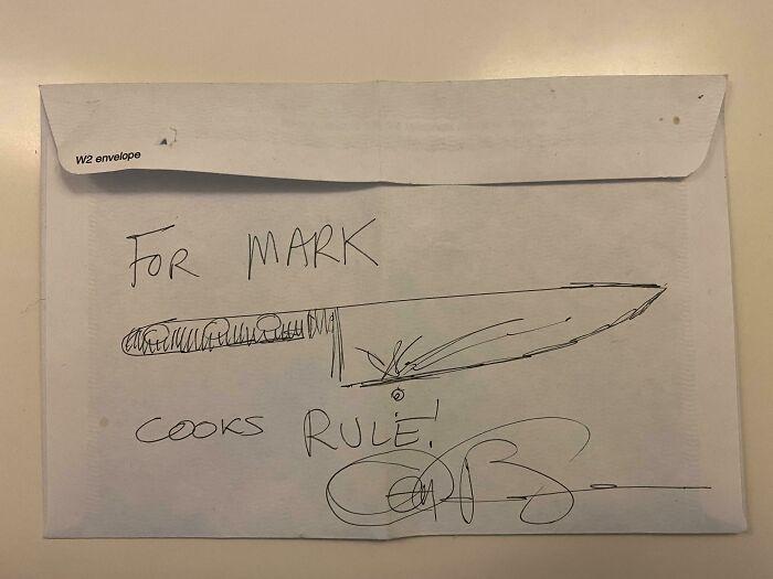 Cuando yo era pequeño, Anthony Bourdain pasó por la cocina de mi mamá mientras filmaba. Ella le mencionó que habíamos intentado ir a su firma de libros la noche anterior pero no pudimos, así que él agarró un sobre de la basura y lo firmó para mí