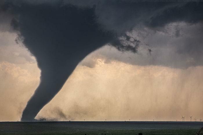 El tamaño de este tornado comparado con los aerogeneradores