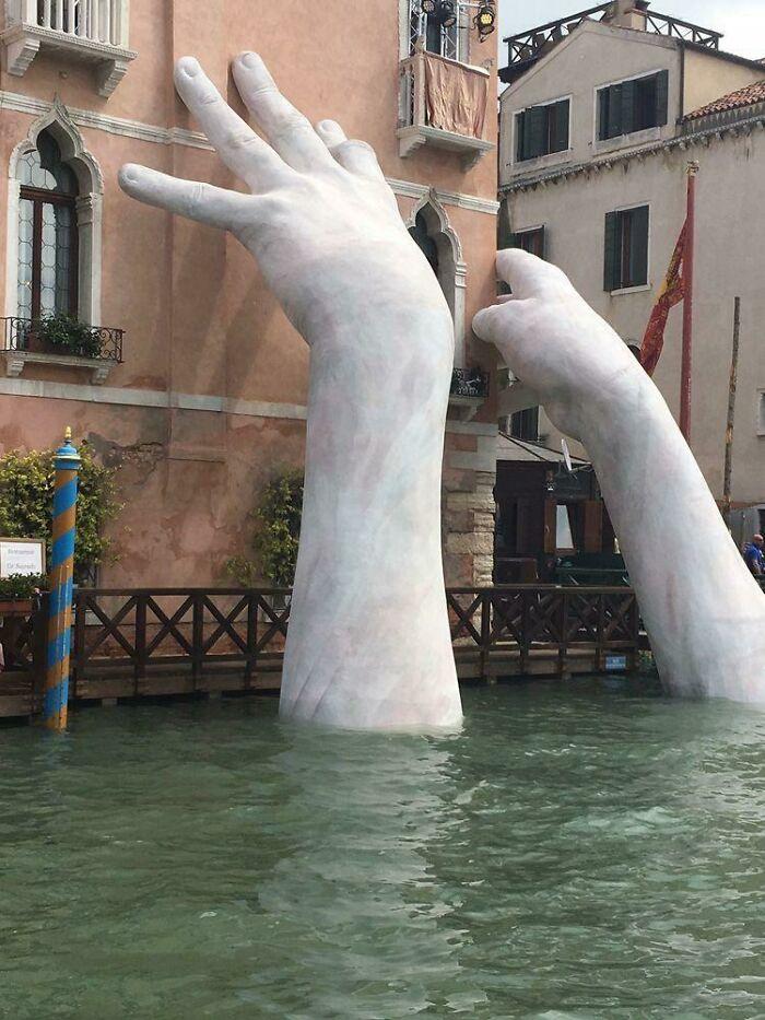 La nueva y enorme escultura del escultor italiano Lorenzo Quinn, (Venecia)