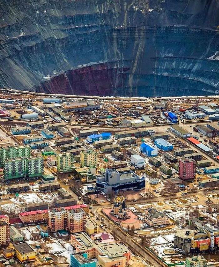 La gran escala de una mina de diamantes a cielo abierto comparada con la ciudad adyacente