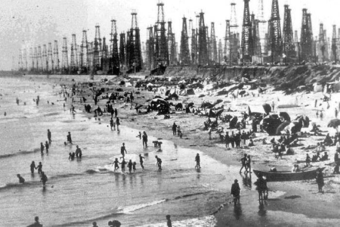 Huntington Beach, California, durante el boom petrolero de 1928