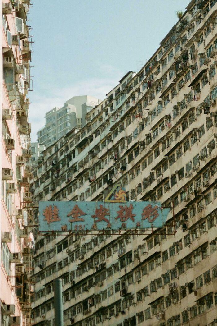 Edificio residencial en Hong Kong, fotografiado por mí en una película de 35 mm