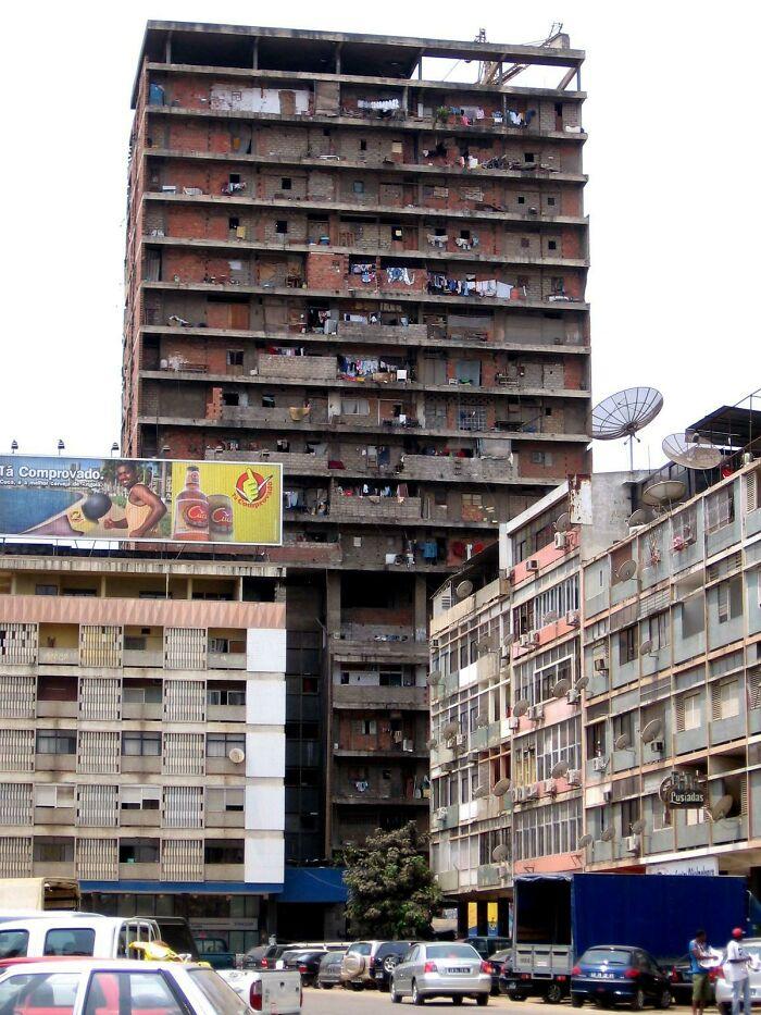 """Barrio pobre vertical"" en Luanda, Angola"