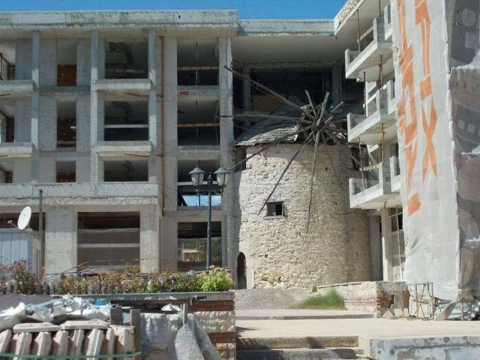 Molino del siglo 16 rodeado de cemento nuevo, en la costa de Bulgaria