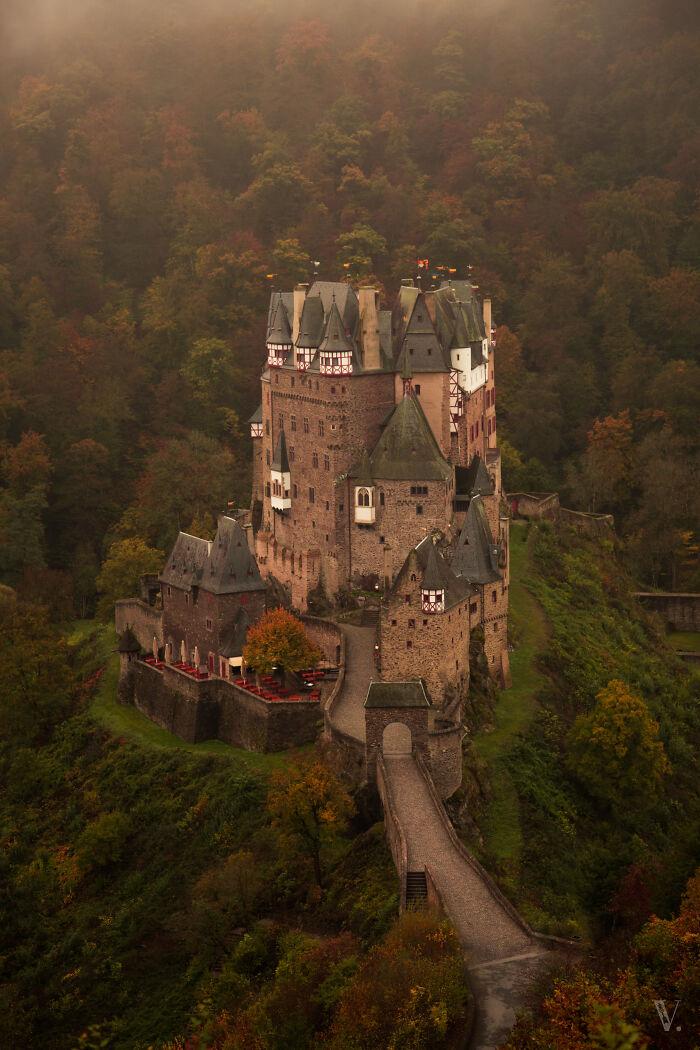 Burg Eltz en otoño. Simplemente una combinación mágica
