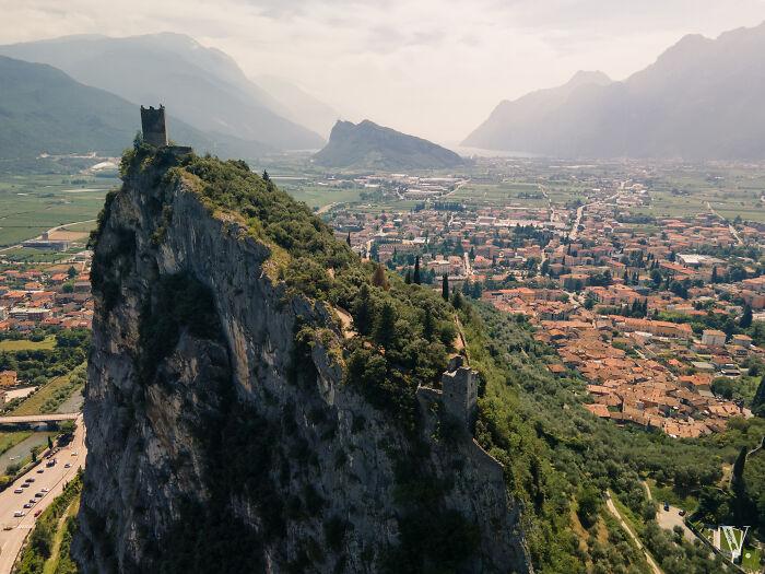 Castello D'arco es una ruina de castillo situada cerca del lago de Garda (Italia)
