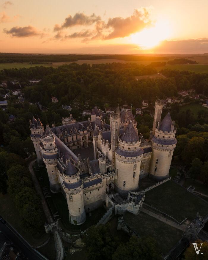 Fue necesario un desvío de 300 kilómetros y unas terribles horas de sueño en el coche, pero mereció la pena cuando el sol besó las torres del castillo de Pierrefonds, que parece de cuento de hadas