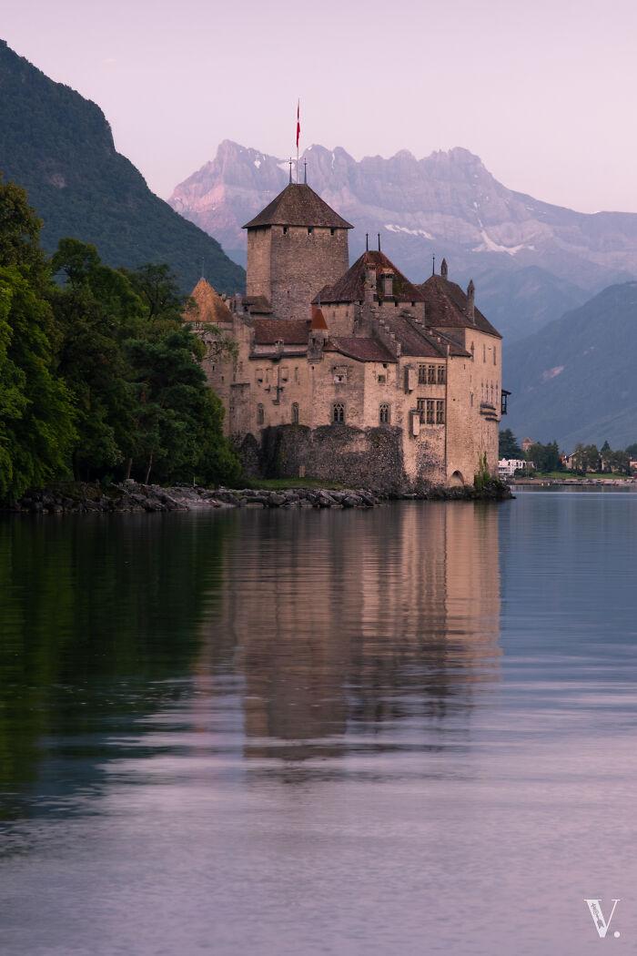 Amanecer en colores pastel en el lago de Ginebra. Chateau De Chilon, posiblemente el castillo más famoso de Suiza
