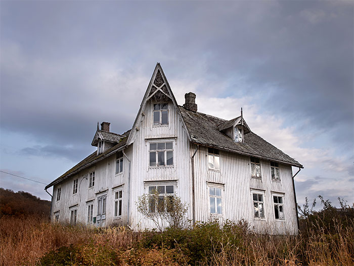 I Photographed This Eerie Abandoned Mansion In Norway