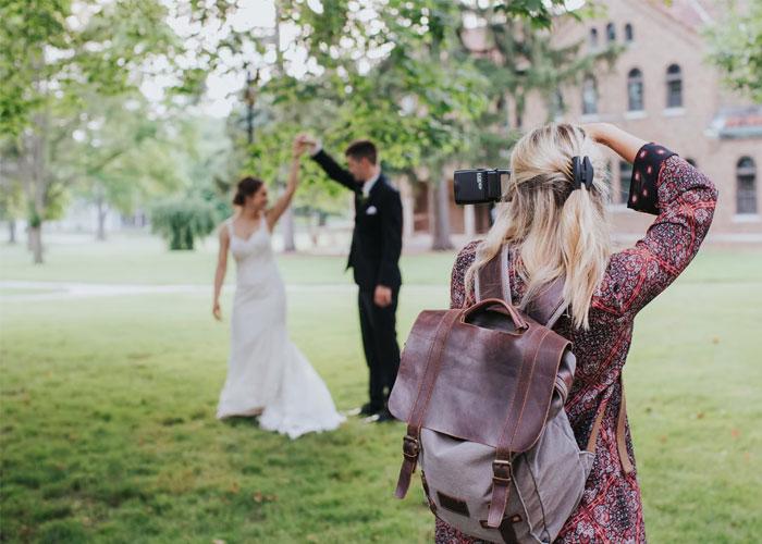 Esta fotógrafa borró, delante del novio, las fotos de su boda, y se volvió viral
