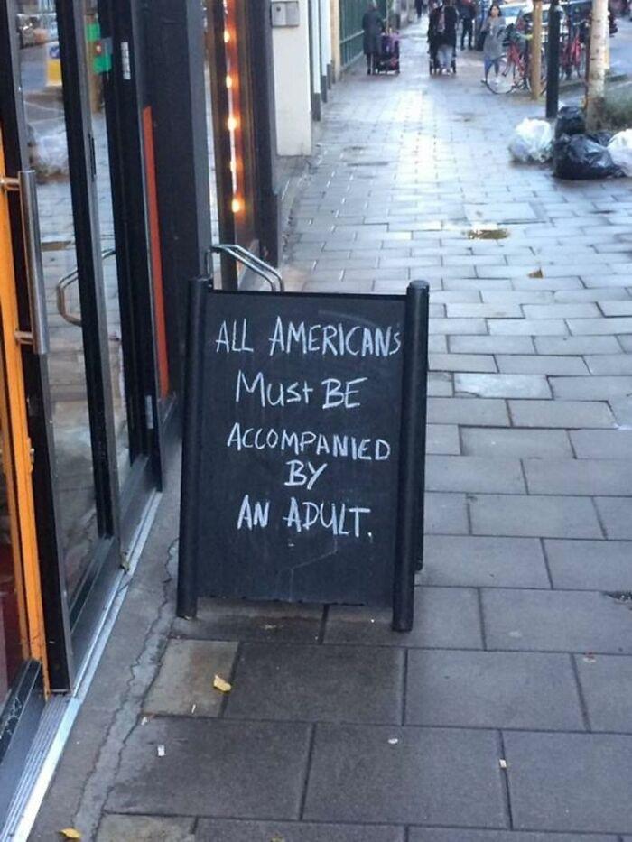 """""""Todos los estadounidenses deben estar acompañados por un adulto"""". Londres, Reino Unido"""