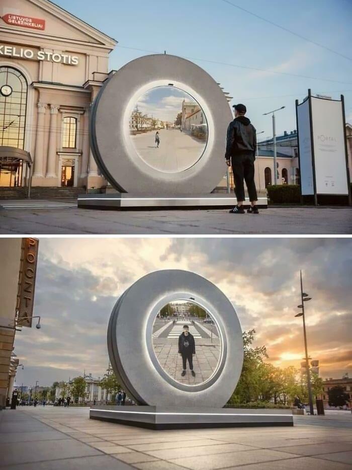 """Vilnius ha puesto una estatua que es un """"portal"""" a la ciudad de Lublin el Polonia. Ambos lados se ven a tiempo real"""