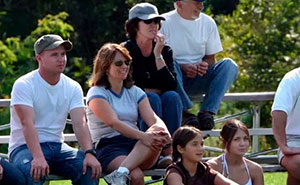 Una Karen roba los asientos a esta familia en un partido de fútbol y les dice que se coloquen detrás de ella, pero se arrepintió enseguida
