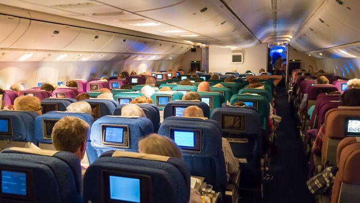 """Este chico se negó a cambiar de asiento en el avión cuando una mujer le pidió que lo hiciera por """"razones religiosas"""" y desata un drama a bordo"""