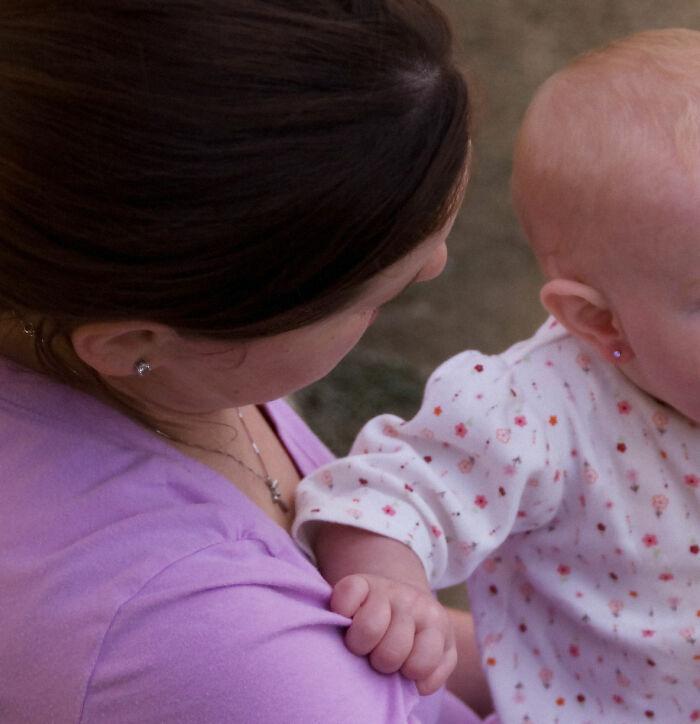 La suegra de esta mujer perforó las orejas de su bebé de 3 meses a sus espaldas, lo que desató un drama familiar