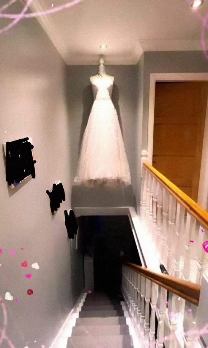 La novia decidió que esta era la mejor manera de mostrar su vestido después de la boda