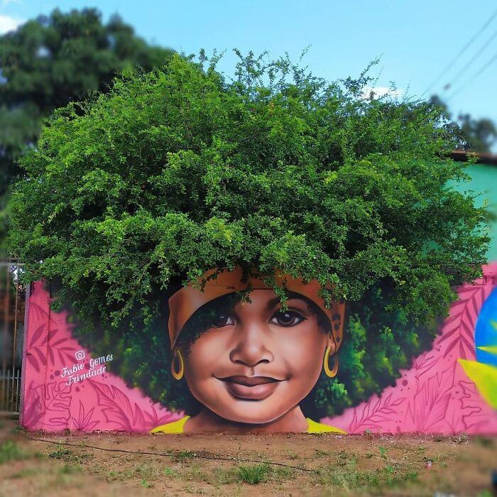Este artista brasileño se hace viral tras utilizar árboles como «cabello» para sus retratos de mujeres