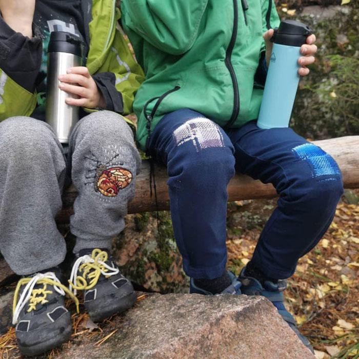Mis hijos de paseo por el bosque con sus pantalones remendados