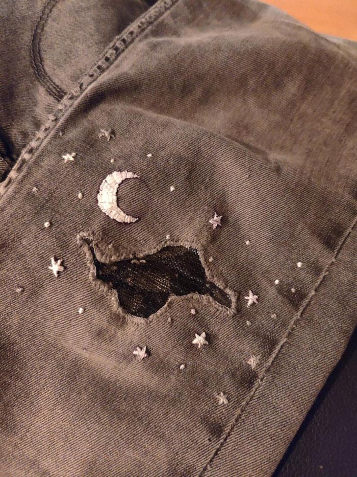 Mis pantalones siempre se rompen en el mismo lugar: la zona de la rodilla izquierda. Estos son mis favoritos así que me pareció que tenía que hacerles un remiendo bonito