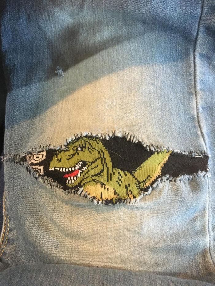 ¡Remendé este pantalón con un calcetín! (Lo había visto aquí y decidí hacer lo mismo con el pantalón de mi primo)