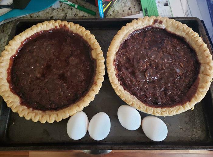 ¿Ven esos huevos? Se suponía que iban en la mezcla de las tartas. ¿El resultado? Dos basuras con chocolate caliente y aceitoso