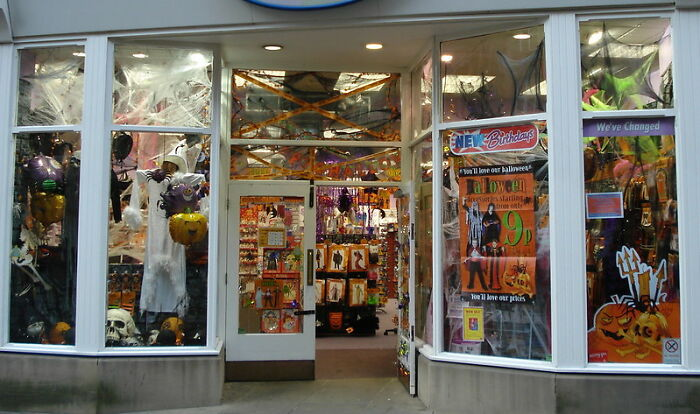 """""""You People Are Insane"""": People Online Are Surprised By Halloween Stores In The US That Are Only There For This Specific Period Of Time"""