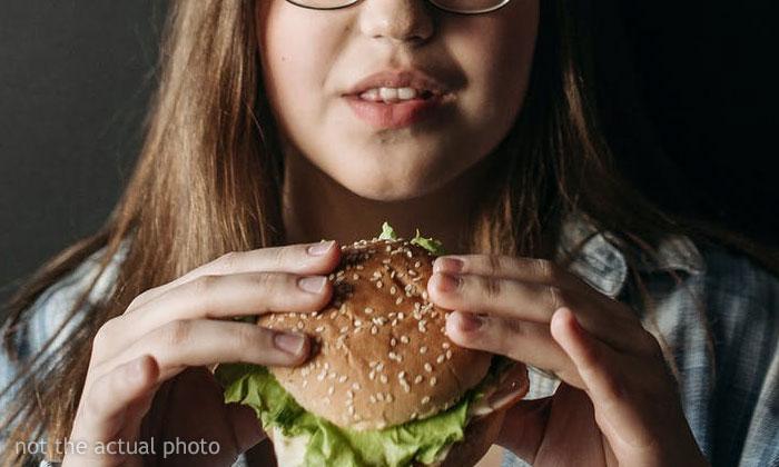A esta vegana le dieron una hamburguesa real sin que lo supiera, y su experiencia generó una discusión importante