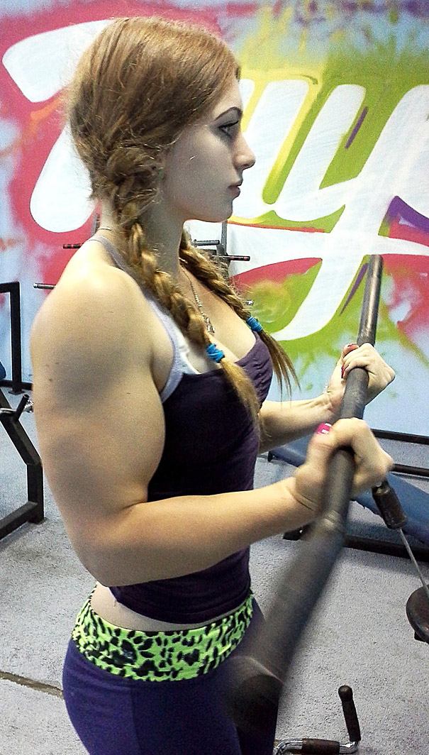 A 17-Year Old Russian Powerlifter With a Doll-like Face