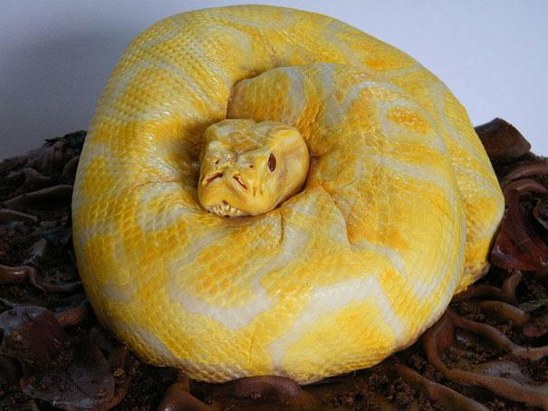 snake cake - Halloween Scary Desserts
