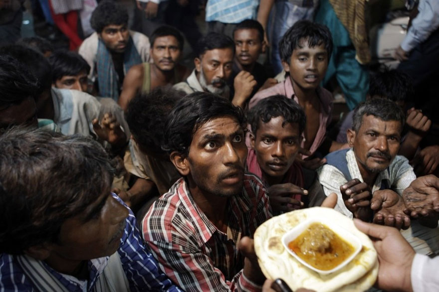 11 Indian Homeless Men Wait To Receive Free Food Distributed Outside A Mosque Ahead Of Eid Al Fitr In New Delhi India