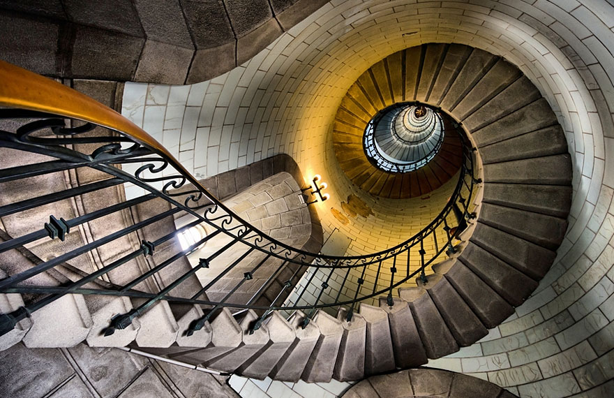 20 mesmerizing examples of spiral staircase photography for Spiral staircase square