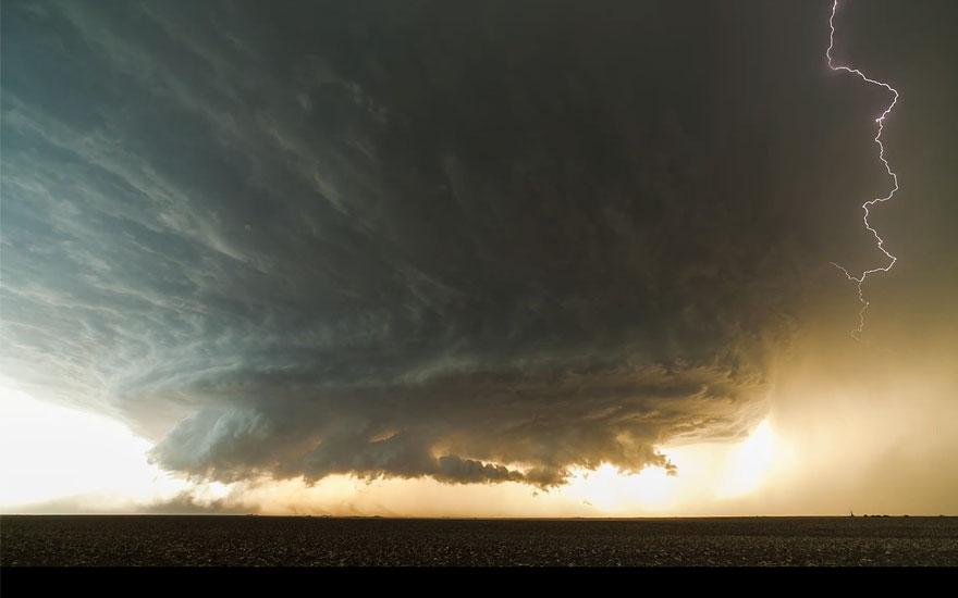 Mind-Blowing Supercell Thunderstorm Filmed Near Booker, Texas