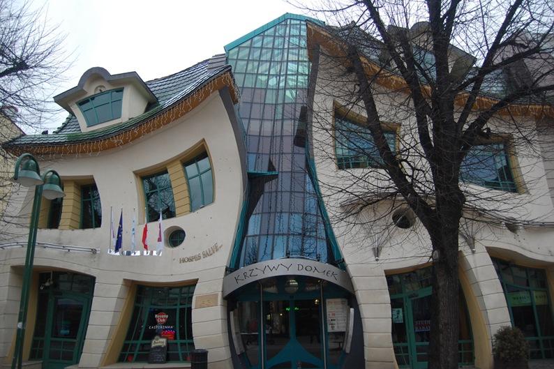 http://static.boredpanda.com/blog/wp-content/uuuploads/worlds-strangest-buildings/2-33-Worlds-Top-Strangest-Buildings-crookedhouse.jpg